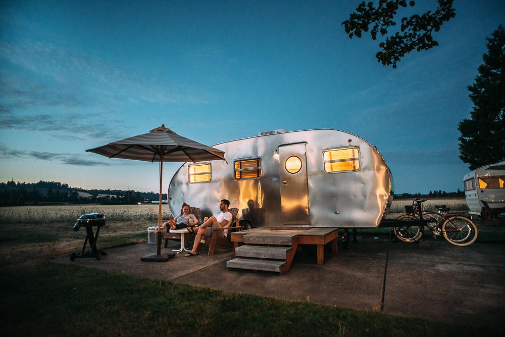 Geschafft.. endlich entspannen auf dem Campingplatz. -Photo by Blake Wisz on Unsplash-